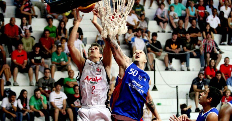 Renato briga pelo rebote com De Bem no duelo entre Joinville e Vitória