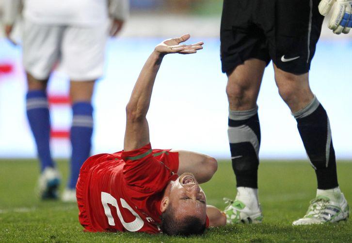 Jogo entre Portugal e Chile teve uma cena chocante. O lateral João Pereira caiu de mau jeito em um lance da partida e quebrou o braço direito
