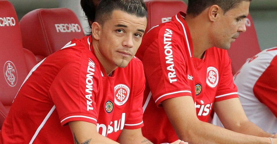 No banco de reservas, D'Alessandro observa os companheiros no duelo contra o São Luiz no Beira-Rio