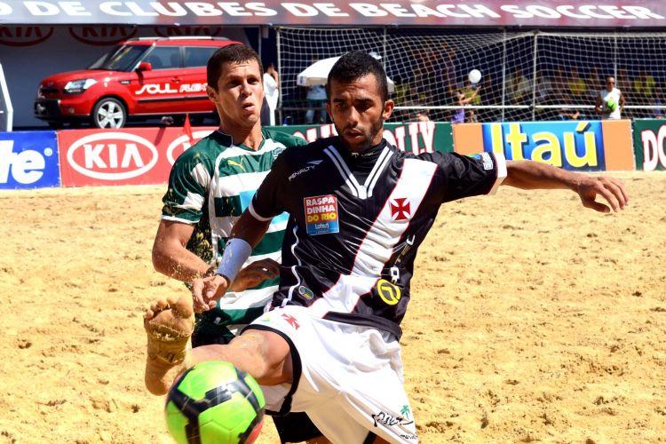Bruno Xavier (d) marcou o primeiro gol do Vasco contra o Sporting na decisão do Mundialito