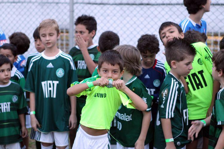 Crianças aguardam a entrada dos jogadores do Palmeiras antes da partida contra o Bragantino, pelo Campeonato Paulista
