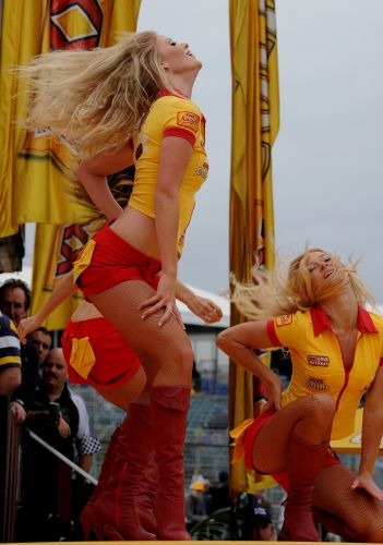 Dançarinas fazem performance antes do início dos treinos para o Grande Prêmio da Austrália em Melbourne