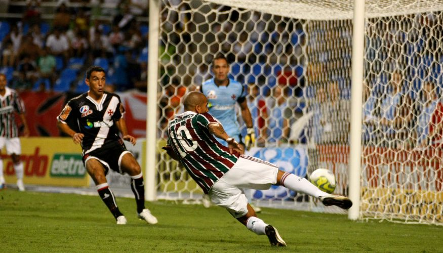 Atacante do Fluminense Emerson (d) dá trabalho para a defesa vascaína