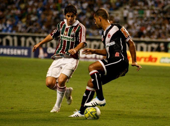Habilidosos meias Conca (e), do Fluminense, e Felipe (D), do Vasco, disputam a jogada no clássico que terminou em 0 a 0 no Engenhão