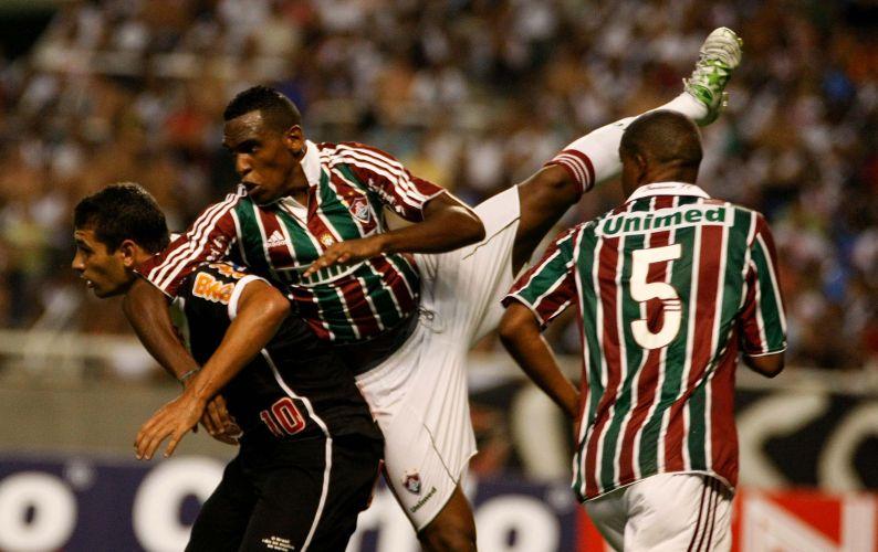 Defensor do Fluminense entra duro contra o camisa 10 do Vasco, Diego Souza (e) no clássico que terminou em 0 a 0 no Engenhão