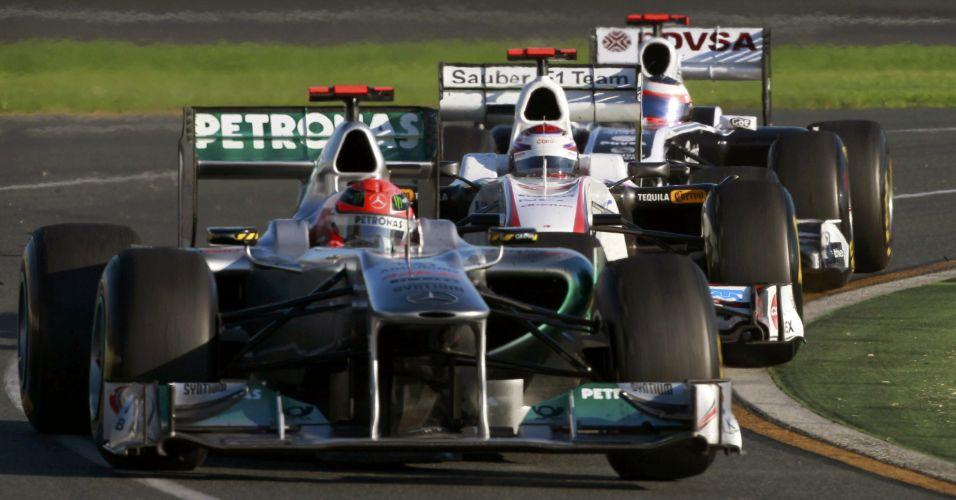 Michael Schumacher é perseguido de perto pelo japonês Kamui Kobayashi e Rubens Barrichello no GP da Austrália; Alemão abandonou a corrida