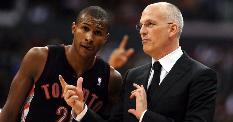 Leandrinho conversa com o técnico Jay Triano na derrota do Toronto Raptors para o Los Angeles Clippers