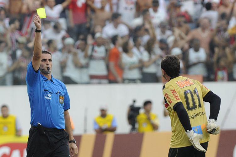 Rogério Ceni recebeu o cartão amarelo por ter celebrado o gol sem a camisa