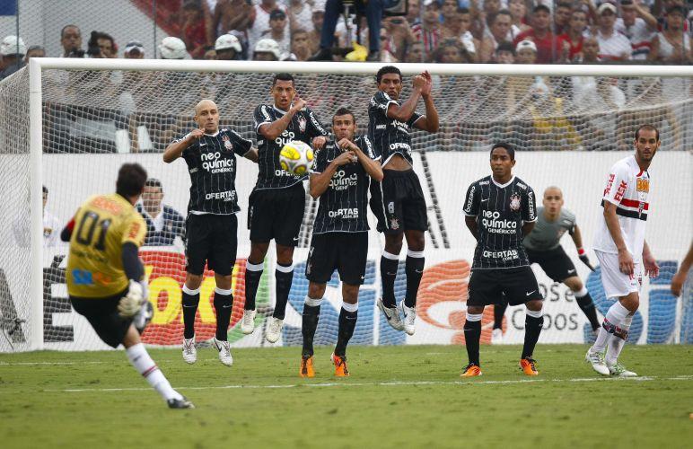 Barreira corintiana tenta impedir o gol de Rogério Ceni, mas não alcança a bola