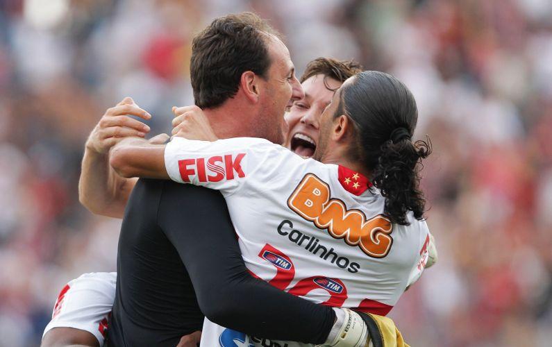 Rogério Ceni é abraçado por Dagoberto e Carlinhos Paraíba pelo centésimo gol na carreira e o segundo do São Paulo no clássico