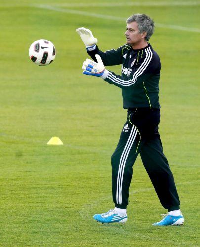 O treinador do Real Madrid, José Mourinh,o se arriscou no gol em um jogo entre a comissão técnica do clube e alguns jornalistas