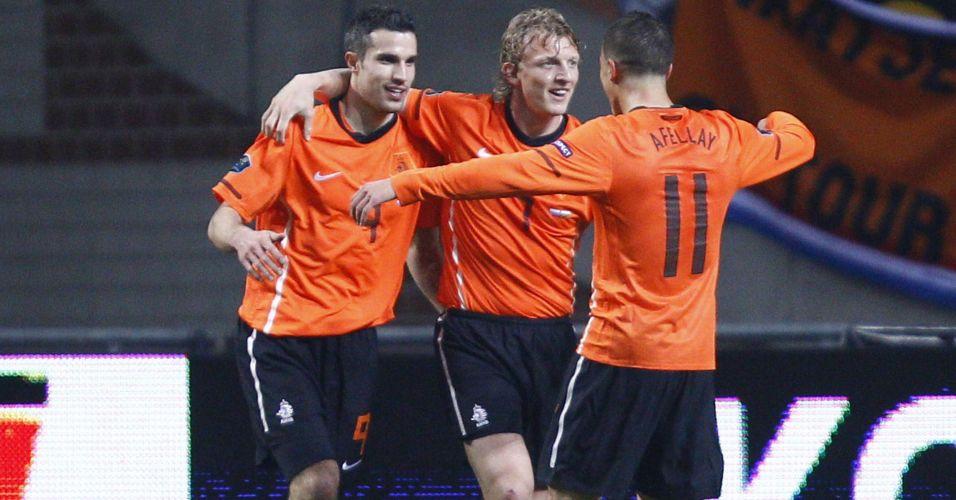 Van Persie é abraçado pelos companheiros ao marcar para a Holanda em duelo contra a Hungria pela Eurocopa