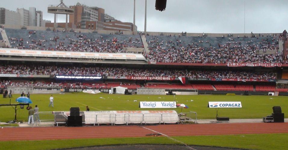 Torcida do São Paulo comparece ao Morumbi para prestigiar a apresentação oficial do atacante Luis Fabiano; clube espera 20 mil pessoas na festa