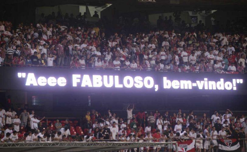 Enquanto Luis Fabiano não aparece em sua apresentação oficial, placar eletrônico do Morumbi ostenta frases de saudação ao atacante, que retorna ao clube após sete anos na Europa