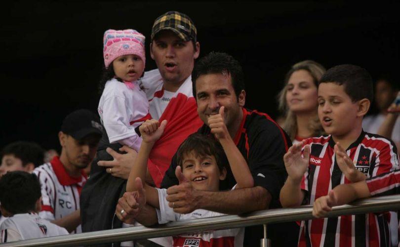 Famílias comparecem ao Morumbi para apresentação oficial de Luis Fabiano. Atacante retorna ao clube após sete anos na Europa e terá presença do capitão Rogério Ceni na grande festa montada para ele