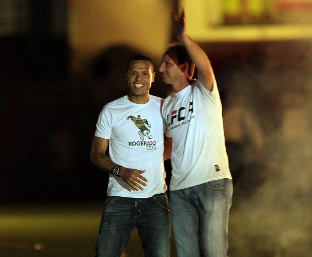 Diante de mais de 45 mil pessoas (segundo o São Paulo), Luis Fabiano chega ao gramado do Morumbi sob os aplausos do capitão Rogério Ceni. São-paulinos usam camisa um do outro na grande festa no estádio