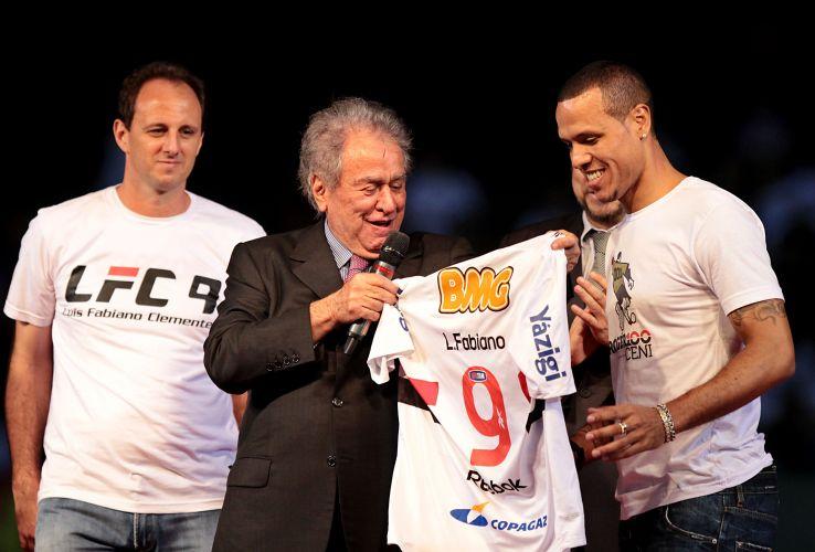 Presidente são-paulino Juvenal Juvêncio discursa, ouve pedidos por Lugano e entrega camisa número 9 para Luis Fabiano na apresentação oficial que reuniu cerca de 45 mil pessoas - segundo o São Paulo - no Morumbi