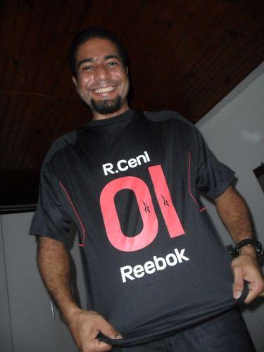 João Paulo Cabral de Sousa exibe a camisa do goleiro-artilheiro do São Paulo