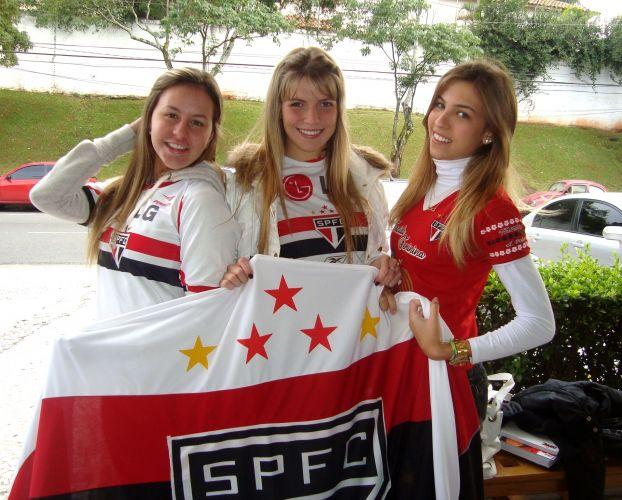 O trio Thalita Benecke, Victoria Iglesias e Helena Beatriz posam para foto: