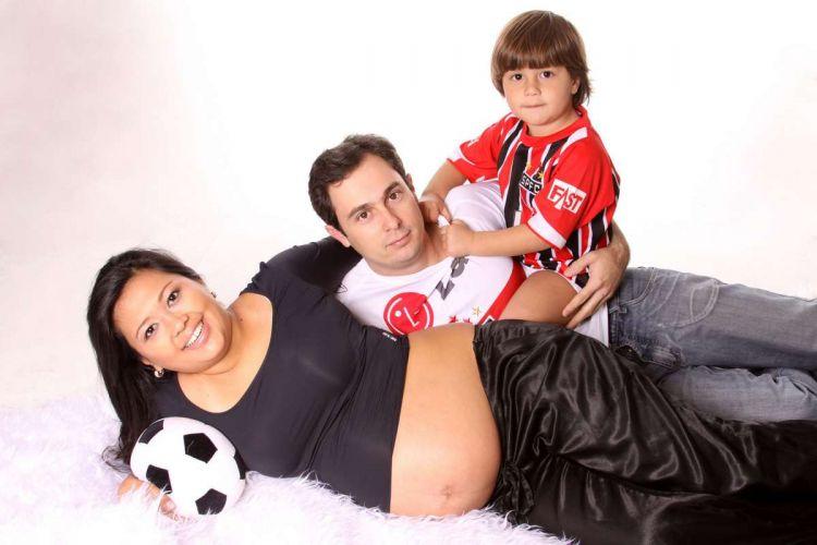 A família de Nicolas posa para foto. Pelo visto tem mais um torcedor são-paulino a caminho...