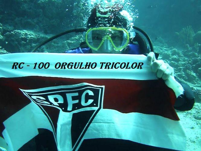 Gustavo presta homenagem ao goleiro-artilheiro debaixo d'água