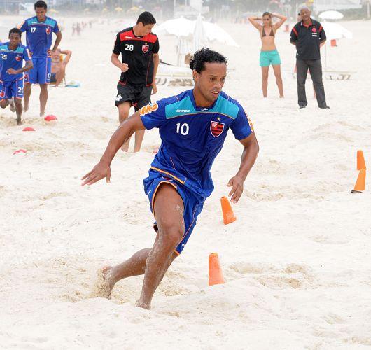Ronaldinho Gaúcho se exercita nas areias da praia durante sessão de treinamento do Flamengo