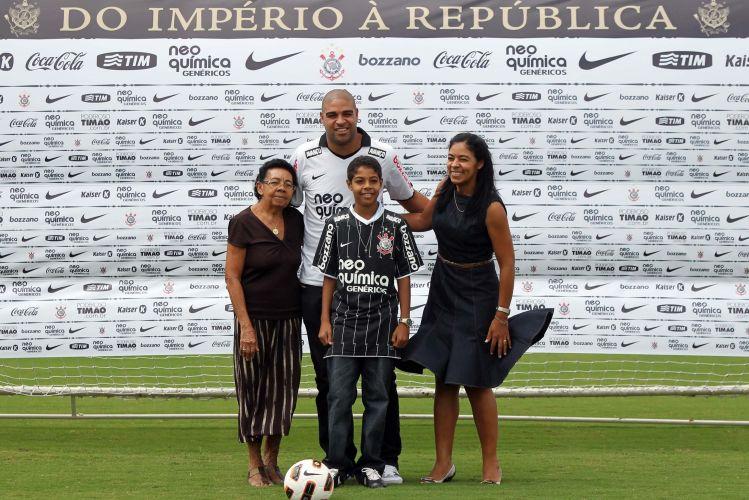 Adriano posa para os fotógrafos ao lado da família. Questionado sobre uma possível doença, o Imperador disse que seu problema é o