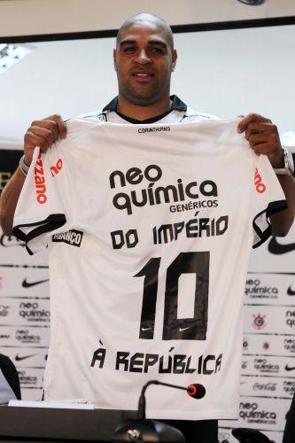 Adriano exibe a camisa 10 do Corinthians com a inscrição