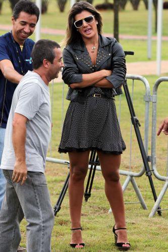 Repórter Mirella Santos, da RedeTV!, é clicada na apresentação de Adriano no Corinthians. A bela chamou a atenção com suas belas curvas na entrevista, que teve Adriano ora bem-humorado e ora irritado.