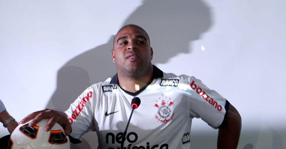 Sombra de Andrés Sanchez encobre Adriano na apresentação oficial do jogador no Corinthians