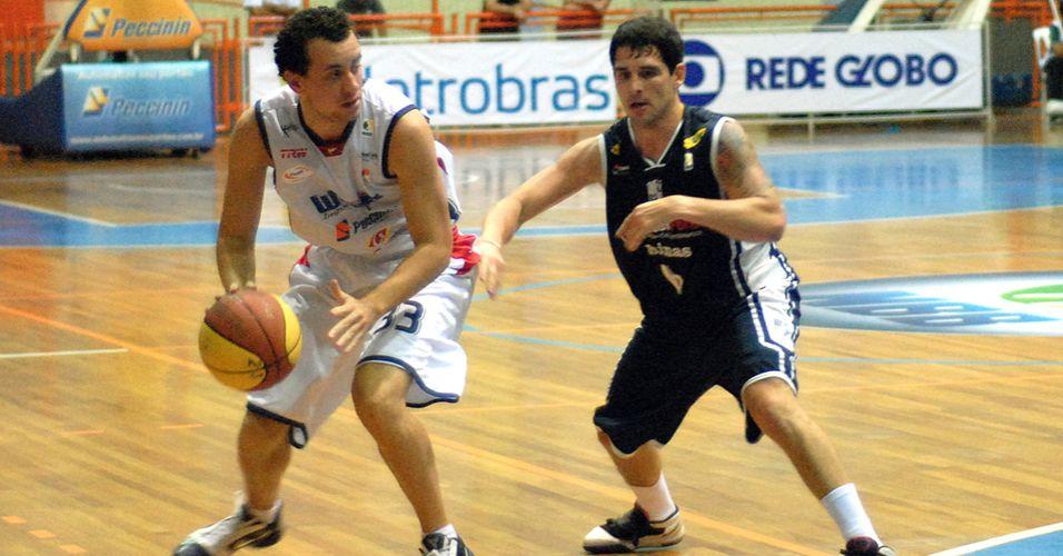 Biro tenta passar pela marcação de Sucatzky na partida entre Limeira e Minas