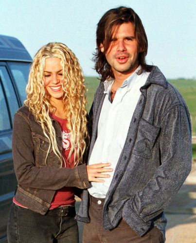 A cantora namorou durante 11 anos Antonio de la Rúa, filho de um ex-presidente da Argentina. Quando deixou o rapaz, passou a namorar o zagueiro do Barcelona