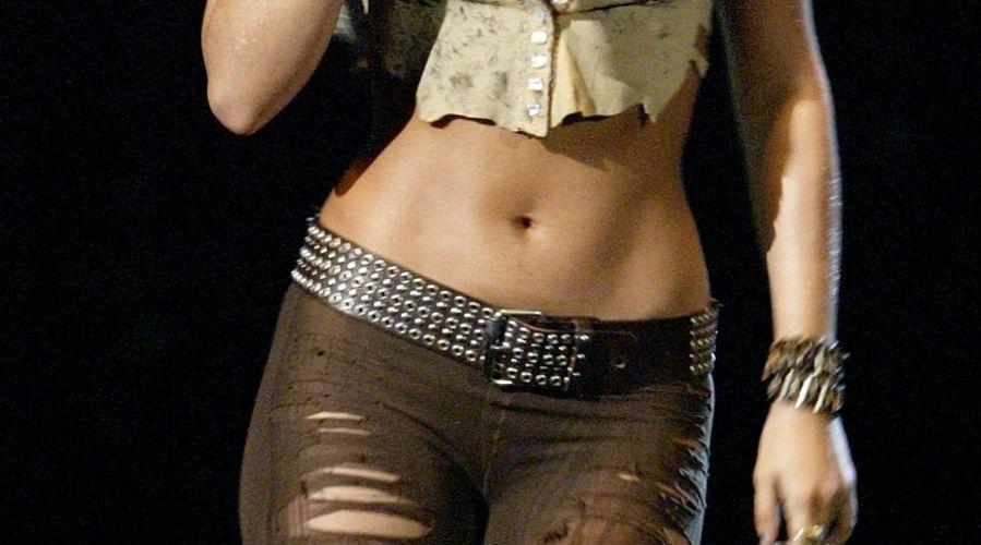 No detalhe: a cintura de dançarina do ventre é um dos pontos fortes dos 1m50 do corpo de Shakira