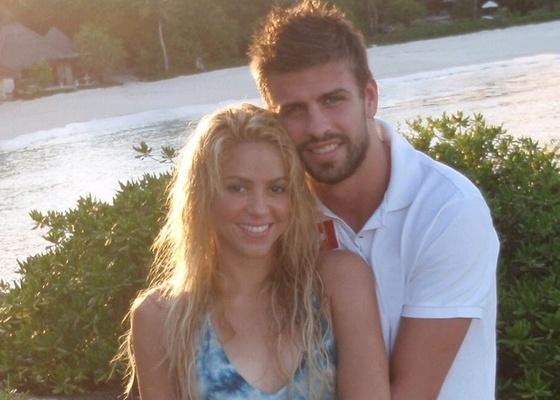 Mesmo dez anos mais velha que no namorado, Piqué, Shakira está envolvida no relacionamento com o zagueiro do Barcelona e já postou fotos e declarações de amor ao jogador em seu Facebook