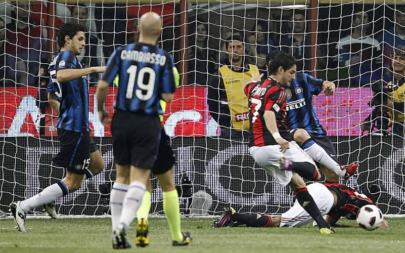Pato marcou o gol do Milan em rebote do lance de Robinho