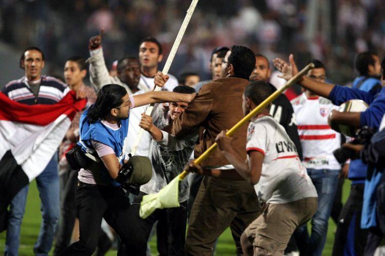 Os torcedores egípcios utilizaram pedras e pedaços de pau