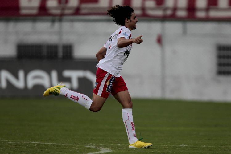 Diego, do Noroeste, comemora seu gol na vitória por 2 a 0 sobre a Portuguesa, no Canindé, na abertura da 17ª rodada do Paulista