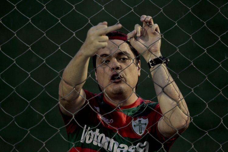 Torcedor da Portuguesa protesta ao ver sua equipe perder por 2 a 0 para o Noroeste, no Canindé, pelo Paulista. Resultado diminui as chances de classificação da Portuguesa