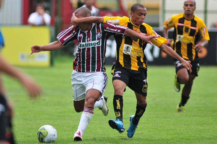 Autor do segundo gol do Fluminense na vitória por 2 a 1, Emerson encara até mão na cara em disputa com marcador do Volta Redonda, em jogo disputado no estádio Raulino de Oliveira