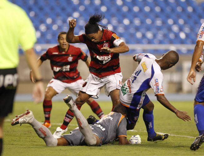 Ronaldinho tenta se desvencilhar da marcação do Duque de Caxias e sofre com a falta de espaço no duelo realizado no Engenhão, pela sexta rodada da Taça Rio