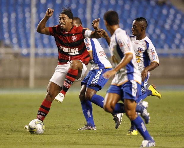 Ronaldinho sofre com a marcação do Duque de Caxias no Engenhão. Flamengo tenta subir na classificação para ainda sonhar com a classificação à próxima fase da Taça Rio