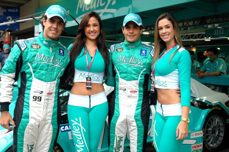 Modelos posam ao lado dos pilotos Marcos Gomes e Xandinho Negrão em Interlagos