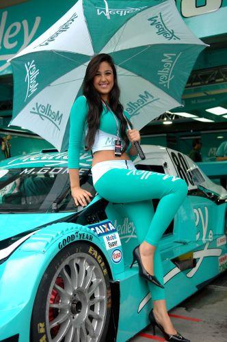 A beleza das modelos compensou o clima frio e úmido em Interlagos durante a visitação dos torcedores ao paddock da Stock Car