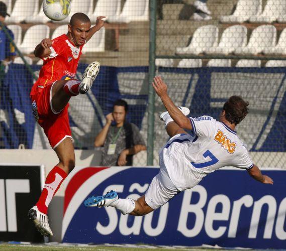 Roger tenta acrobacia durante a vitória por 4 a 1 do Cruzeiro sobre o Guarani de Divinópolis. Argentino Montillo foi o nome da partida com um gol e duas assistências