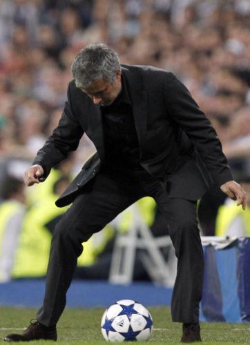 José Mourinho tenta dominar a bola na partida do Real Madrid contra o Tottenham pela Liga dos Campeões