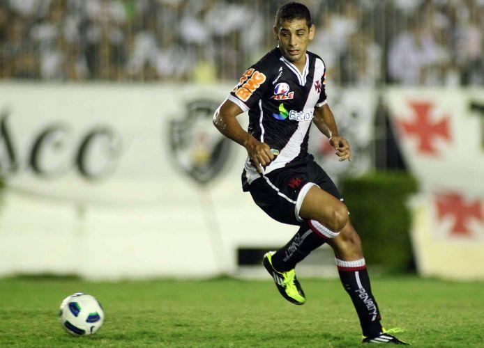 Diego Souza tenta o domínio de bola na partida entre Vasco e ABC pela segunda fase da Copa do Brasil em São Januário
