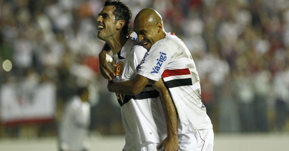 Rhodolfo é abraçado por Alex Silva na comemoração do primeiro gol do São Paulo contra o Santa Cruz na Arena Barueri