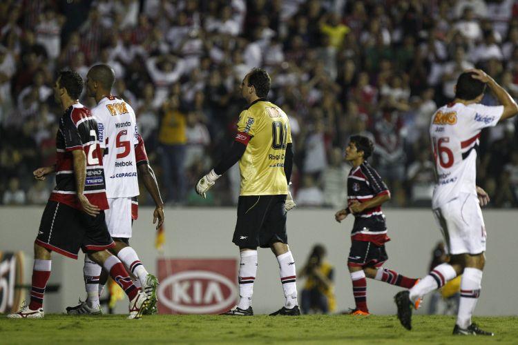 Rogério Ceni parte para a cobrança de pênalti na partida contra o Santa Cruz na Arena Barueri