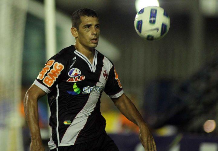 Diego Souza tenta o domínio de bola na vitória do Vasco de virada por 2 a 1 sobre o ABC em São Januário