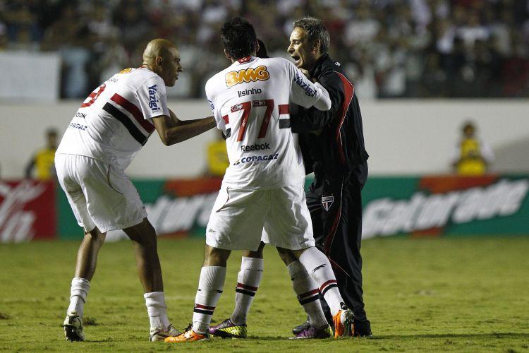 Alex Silva, Ilsinho e o técnico Paulo Cesar Carpegiani tentam segurar Lucas após revolta do meia são-paulino por sua expulsão na vitória por 2 a 0 sobre o Santa Cruz
